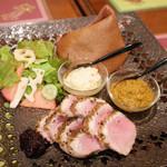 ガネーシュ - 季節ディナーコース(4538円・外税)の鴨のスパイシーロースト Muy-ricaのカシスジャムを添えて、冬野菜のミニサラダ、黒米DOSAの帽子のせ、キノコチャツネ、ココナッツチャツネ