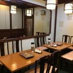 海鮮広東料理 中華料理 昌園 - 店内は赤基調ではなくシックな造りです(2017.1.13)
