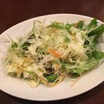 ザ・ローズ&クラウン - ランチサラダ100円。CP的にはなかなか充実したサラダです。