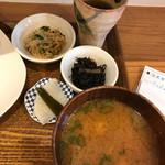 みっきー食堂 - 味噌汁、小鉢2品、お漬物