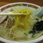 味の札幌 - かなり黄色い中太ちぢれ麺