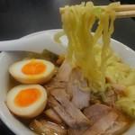 喜多方ラーメン 坂内  - 麺は喜多方の平打ち縮れ麺です。