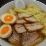 喜多方ラーメン 坂内  - チャーシューラーメンにワンタンと煮玉子をトッピングしてみました。