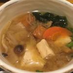 鮮味食彩 宇佐川水産 - 具がたっぷり過ぎる味噌汁(豚カツ定食)