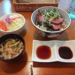 ハンバーグレストラン葦 - 葦特製牛ステーキ丼サラダ、味噌汁、2種類のタレ付)