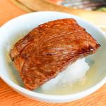 豚捨 - 網焼き大根おろしをつけて食べる