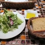 ピッツェリア・アリエッタ - ランチのサラダとパン、パンはもの凄く美味い