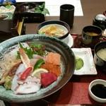 61226271 - 海鮮丼1,390円(海鮮丼、小鉢3種、サラダ、味噌汁、漬け物、茶碗蒸し、デザート)