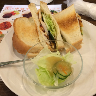 珈琲館 北浦和店 - 照焼きチキンサンド。 ホットコーヒーとサラダのセットで税込700円。 うまし。