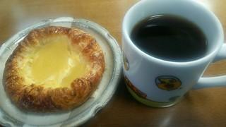 はなやこだわりパン工房 - 愛用の吉野家のマグカップで珈琲とアップルデニッシュを楽しむ。