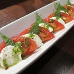 肉バル×イタリアン RIVIO - トマトと水牛モッツァレラのカプレーゼ