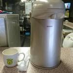 61235268 - お茶のポットとマグカップとおしぼり