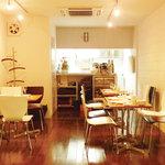 星期菜 - 内観写真:【 和洋折衷 】淡い白を基調とした店内。しとやかで落ち着きのある趣きです。