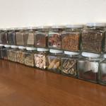 カフェと印度家庭料理 レカ - カウンター上のスパイス