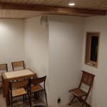 伊都岐珈琲 - 店内の奥のテーブル席