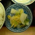家族厨房 ひっきり - 白菜の浅漬け、美味しいです。