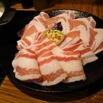 豚しゃぶ専門店 我那覇豚肉店 - やんばる島豚あぐー 手間がバラで奥がロース