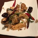 中国酒家 辰春 - 牡蠣と北霊茸の十三種香辛料パウダー炒め