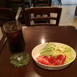 カフェ コトン - アイスコーヒーとサットのサラダ。