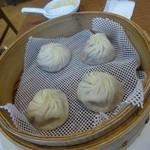 鼎泰豊 - 小籠包と奥にショウガの入った小皿