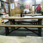 61259976 - 相席必死のテーブル席のみ。椅子はベンチ型
