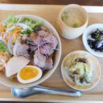 すずめ食堂&バル - 豚のバラ肉と半熟卵の氷砂糖煮丼
