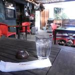 カフェTomato - ワンコ同伴の方は広いテラス席で一緒にお食事を楽しみます