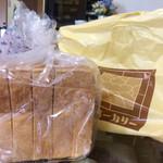 61270918 - 角食パン
