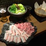 イベリコ屋 - しゃぶしゃぶ用のイベリコ豚と新鮮な野菜の黄金バッテリー