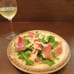 61275793 - サラダを白ワインとともに。