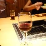 ギュウガテイ - 2016年10月 お店からのバースデープレゼントのグラスワイン。奥はマンゴープリンを食べる人~(´▽`)