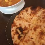 サンティプール - レディースセット。日替わりカレー(カリフラワー&チキン)とチーズナン