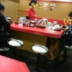 中華厨房 寿がきや - 牛丼屋タイプのカウンター