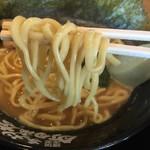 横浜家系ラーメン 門真商店 - 醤油ラーメン(680円)麺リフト