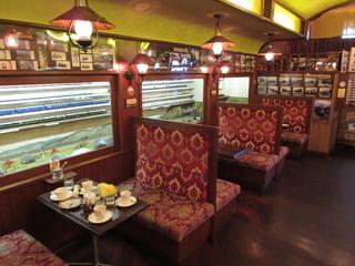 ブルートレイン - 列車の車両を模したテーブル席