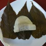 長命寺 桜もち - 薄皮で餡が多めなのであまーい。お茶を欲する味。
