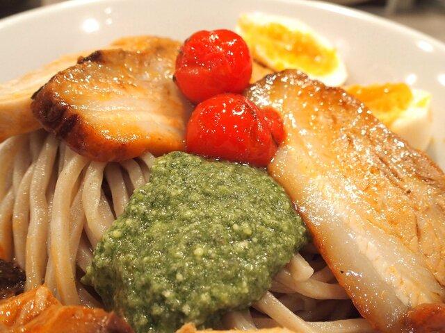 つけ麺 五ノ神製作所 - 海老トマト全部入りつけ麺 1180円 のバジル、味玉、豚チャーシュー、鶏チャーシュー