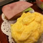 神戸にしむら珈琲店 - ハムとレタスのバケット、たまごのバケット、下のパンが2枚になっているので、1枚を上にかぶせ、サンドにしていただきます、美味い!(2017.1.15)