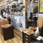 パン工房 シャルドン - レジは2、3人でどんどんさばいてます。レジ横に、無料サービスのコーヒーや紅茶があります。