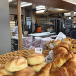 パン工房 シャルドン - 奥で次々にパンを作っていました。