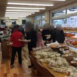 パン工房 シャルドン - 店内はいつも混雑。回転も早いです。