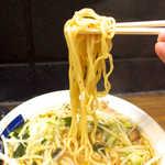 山手ラーメン - タピオカ麺のようにプルプルとして、強めの歯応えが際立つ細麺。これは特徴的!
