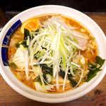 山手ラーメン - 煮汁ラーメン(¥700)+具増し(¥200)。チャーシューの煮汁だろうか、まろやかでコク深いスープだ