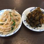まんまる - セルフサービスです 辛子高菜・モヤシとニラの酢物