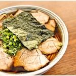 中華そば 纏 - 並 500圓 醤油の風味で勝負!って感じのシンプルなラーメンです。