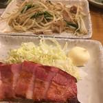 一軒め酒場 - モヤシ炒めとベーコンステーキ