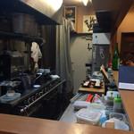 割烹 船生 - こじんまりとした厨房