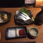 魚と酒 はなたれ - お通しの揚げ出し豆腐と金華鯖の〆さば、燗酒は大七