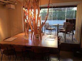 木と水と土と 表参道店 - テーブル席の中央寄りの樹木のオブジェ。