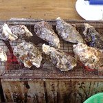 かき小屋えびす丸 - 牡蠣を焼いています